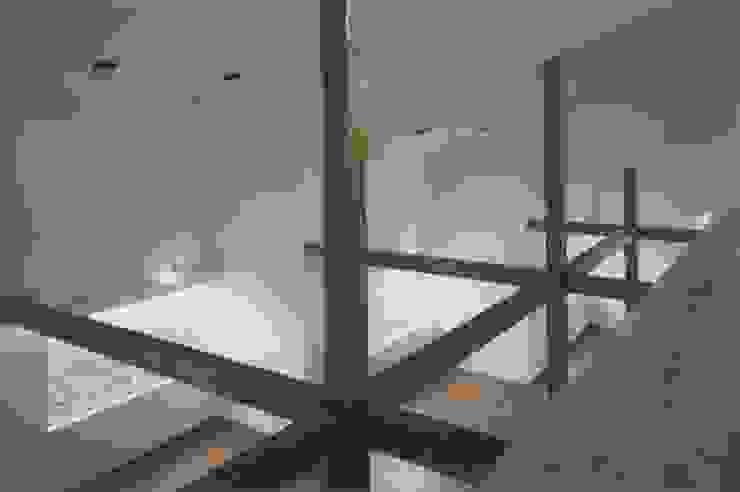 Livings de estilo moderno de 株式会社 高井義和建築設計事務所 Moderno Madera Acabado en madera