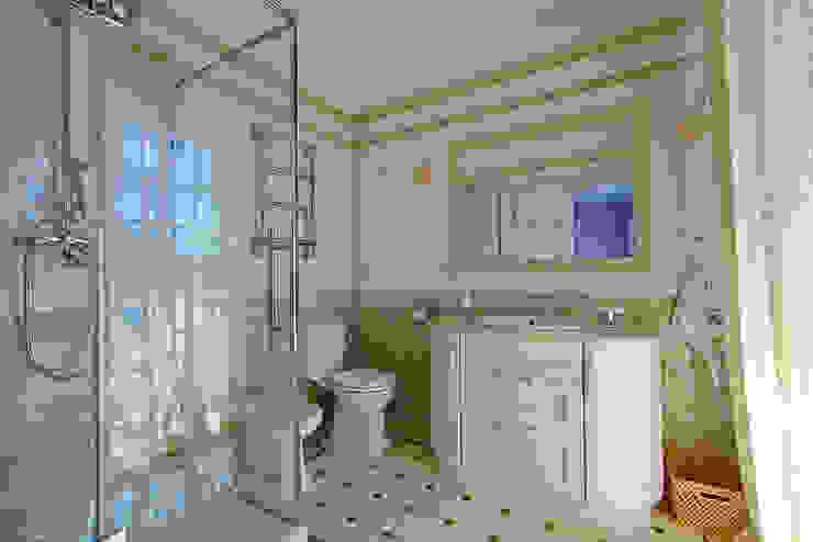 Санузел в оливковых тонах Ванная в классическом стиле от ODEL Классический Керамика