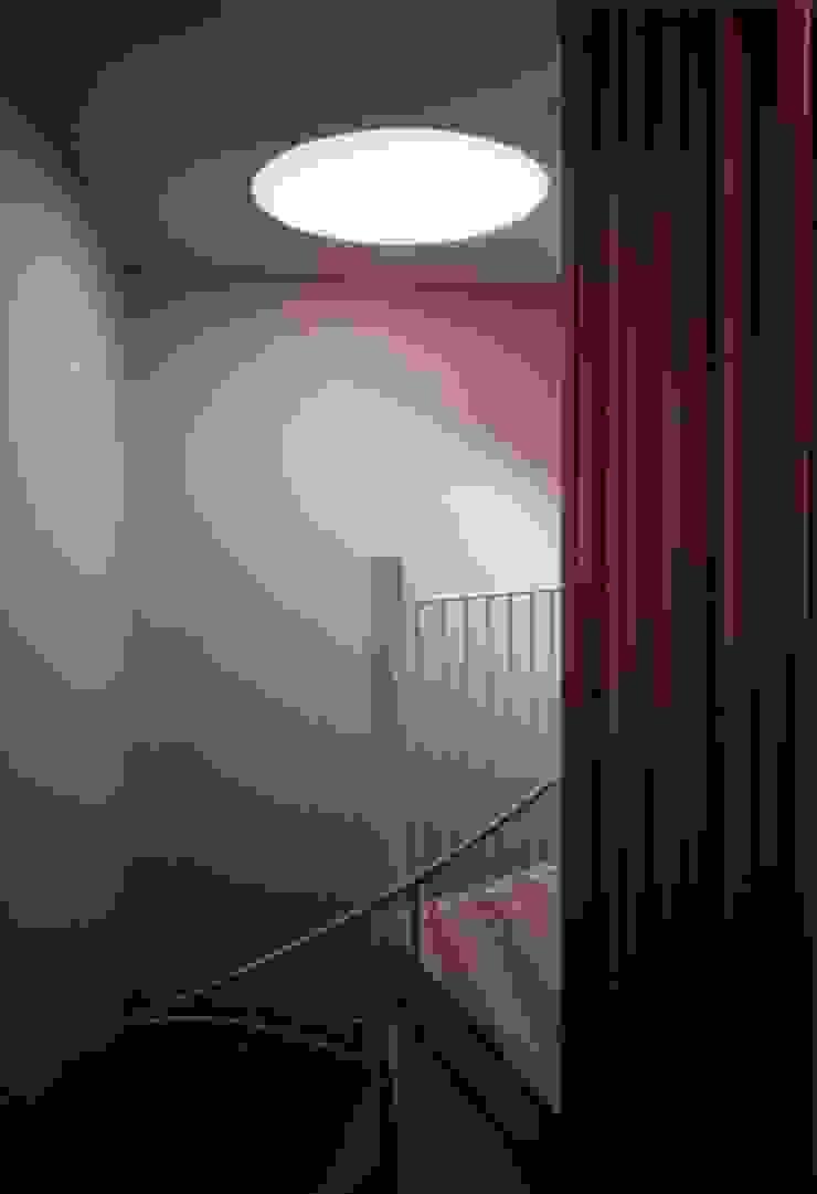 Couloir, entrée, escaliers modernes par 髙岡建築研究室 Moderne