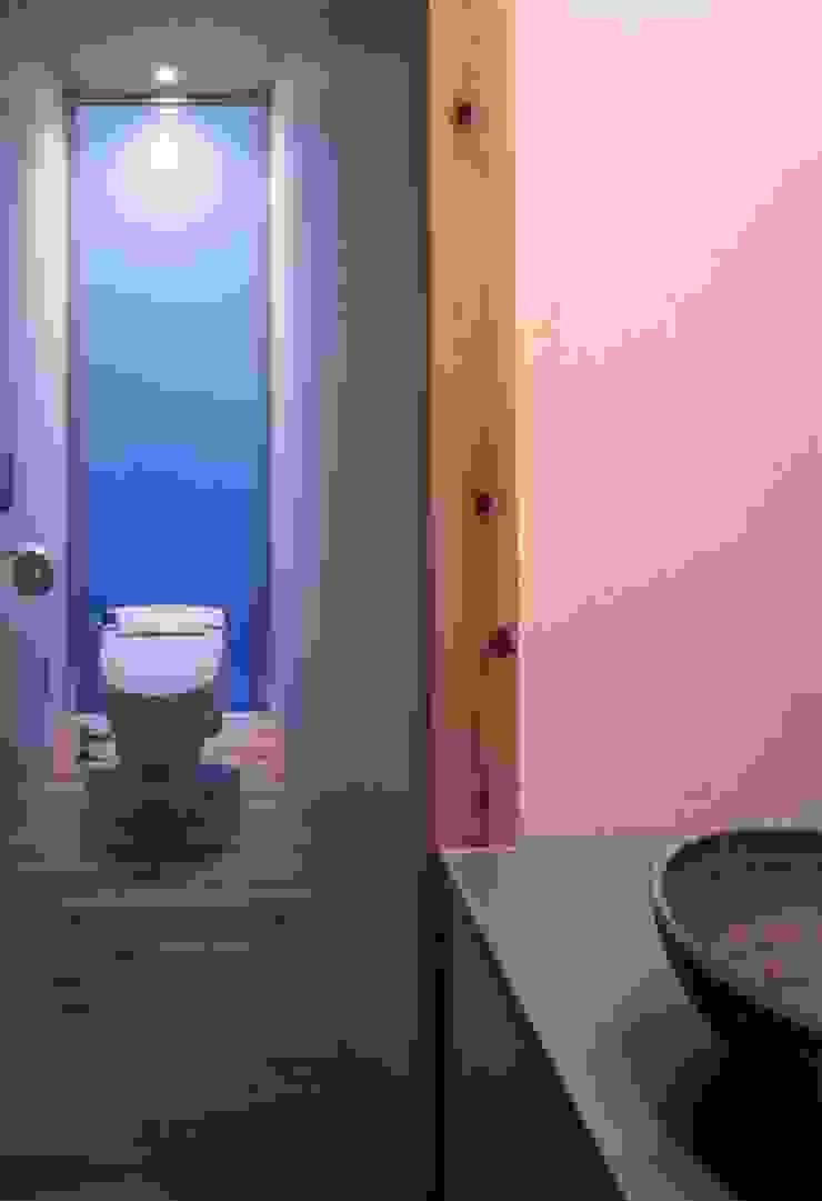 Salle de bain moderne par 髙岡建築研究室 Moderne