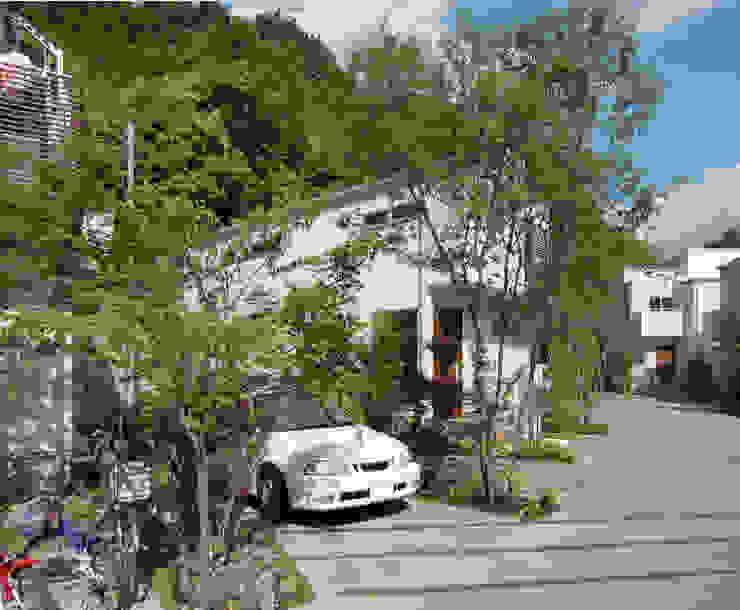 はちおうじこまち 木々の中のパーキング モダンな 家 の 有限会社アイエスティーアーキテクツ モダン 木 木目調