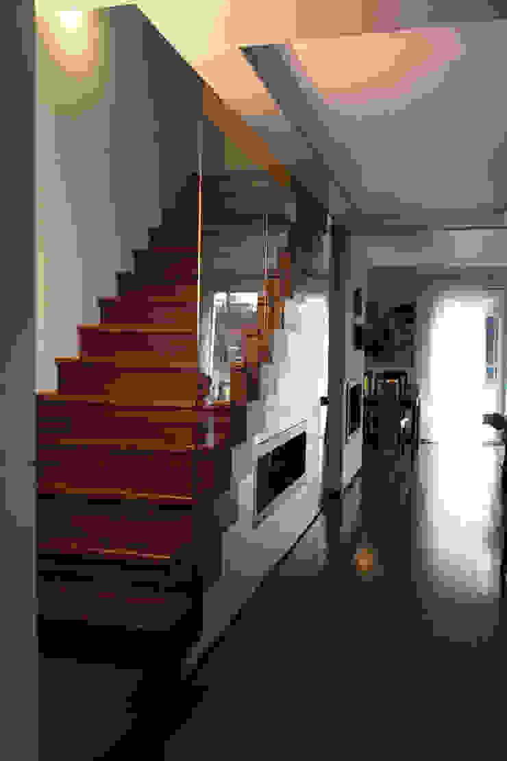 Modern Corridor, Hallway and Staircase by ER DESIGN Modern
