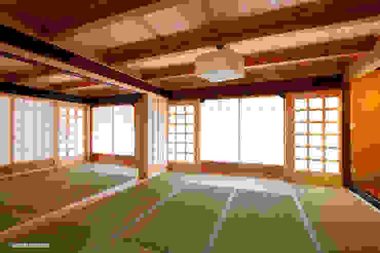 Refuerzo de la pared del cuarto del estilo japonés. Salas de estilo rural de アグラ設計室一級建築士事務所 agra design room Rural