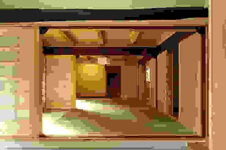 La reforma para sentir amplio un cuarto del estilo japonés. Salas de estilo rural de アグラ設計室一級建築士事務所 agra design room Rural