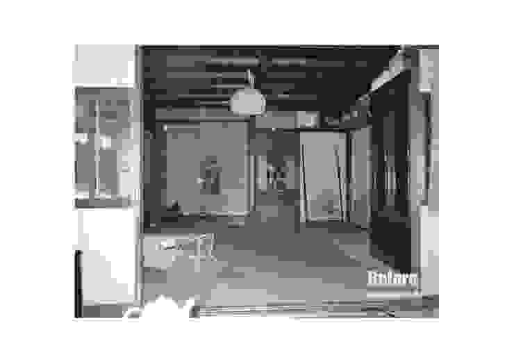 Los suelos se inclinaban. (Antes) Salas de estilo rural de アグラ設計室一級建築士事務所 agra design room Rural
