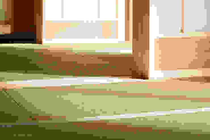 Debe arreglar un lugar cerca del suelo por la reparación de la casa japonesa. Salas de estilo rural de アグラ設計室一級建築士事務所 agra design room Rural