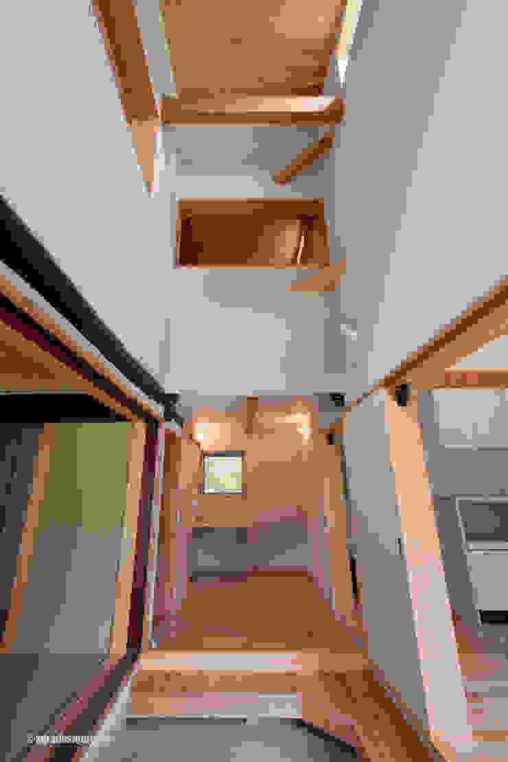 El centro de esta casa es el vestíbulo. Pasillos, vestíbulos y escaleras de estilo rural de アグラ設計室一級建築士事務所 agra design room Rural
