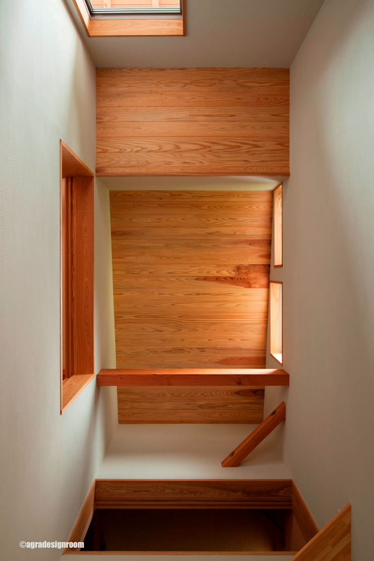Country style corridor, hallway& stairs by アグラ設計室一級建築士事務所 agra design room Country