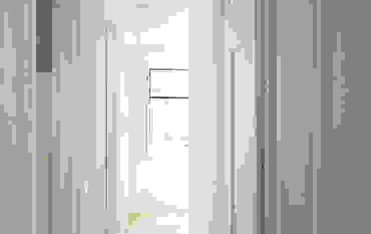 Apartamento Príncipe Real Corredores, halls e escadas ecléticos por blaanc Eclético