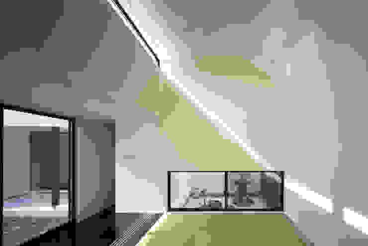 Modern Media Room by 関建築設計室 / SEKI ARCHITECTURE & DESIGN ROOM Modern