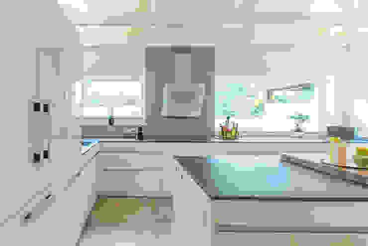 Classic style kitchen by INNEN LEBEN Classic Tiles