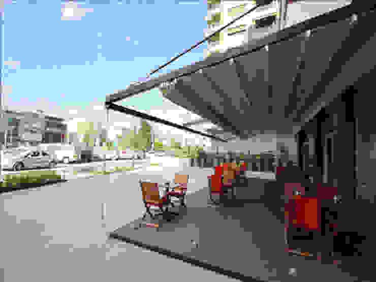Balcones y terrazas de estilo moderno de Pergolato SRL. Moderno