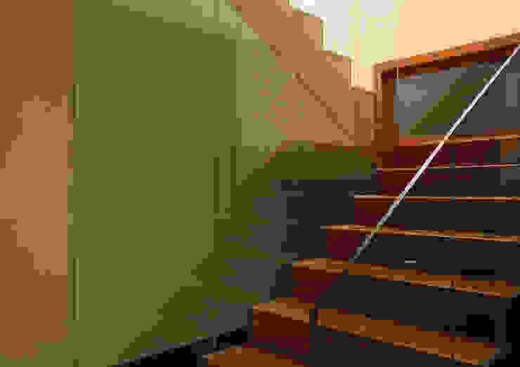 Escalera Pasillos, vestíbulos y escaleras de estilo minimalista de Soler Martínez Minimalista
