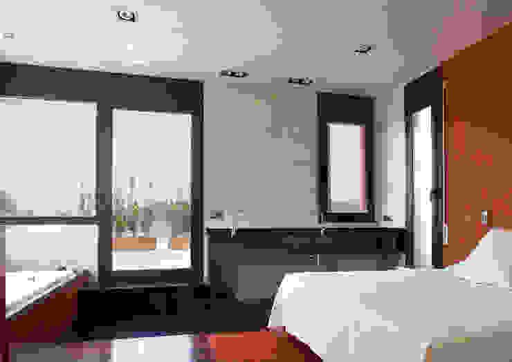UNIFAMILIAR CERVIA DE TER -GIRONA- Dormitorios de estilo mediterráneo de ARQ.TEC SURIS ASSOCIATS SLP Mediterráneo