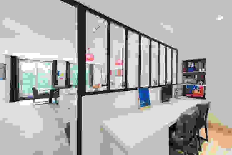Bureau Bureau minimaliste par LA CUISINE DANS LE BAIN SK CONCEPT Minimaliste
