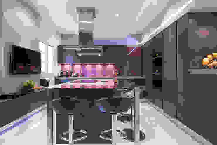 Eclectic style kitchen by LA CUISINE DANS LE BAIN SK CONCEPT Eclectic Glass