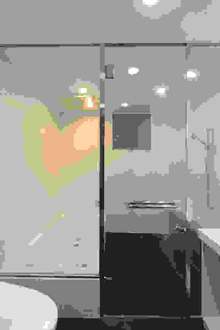 ハイパーギア軽井沢の家 モダンスタイルの お風呂 の 株式会社 SAITO ASSOCIATES モダン