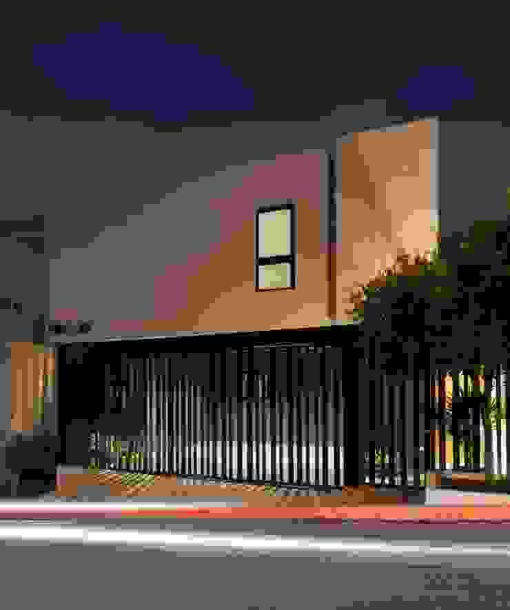 Moderne Häuser von LGZ Taller de arquitectura Modern Metall