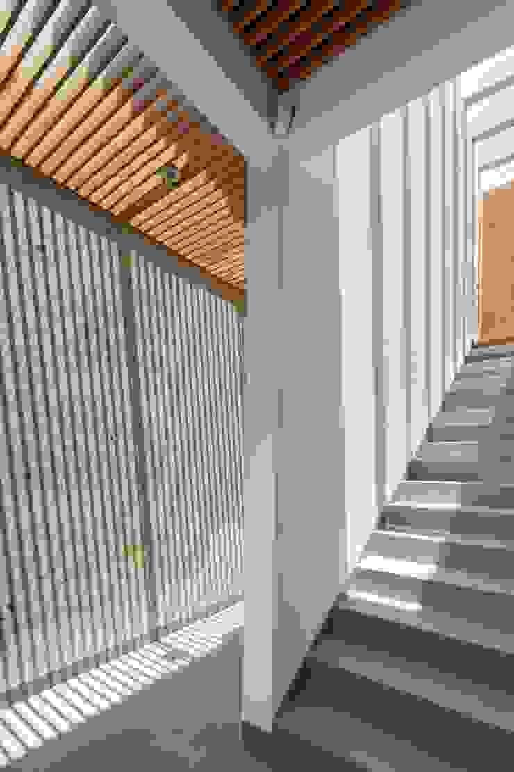 Moderner Flur, Diele & Treppenhaus von LGZ Taller de arquitectura Modern Keramik