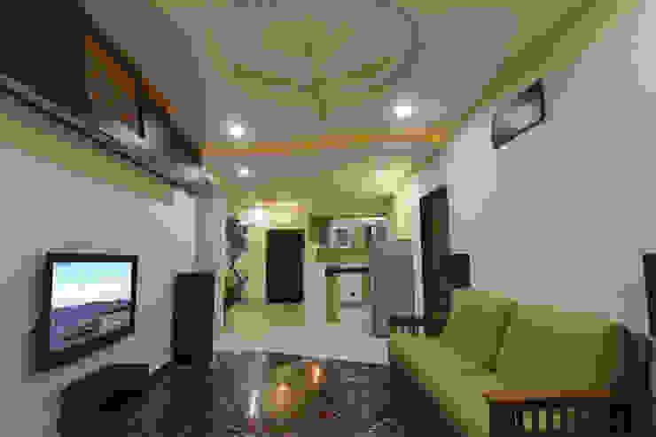 Hall cum mini Home Theatre Minimalist corridor, hallway & stairs by KREATIVE HOUSE Minimalist Marble