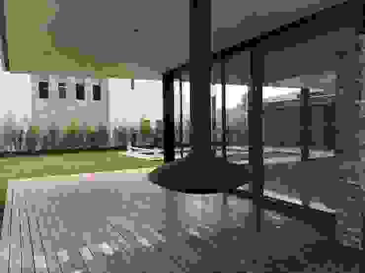CASA AAB Balcones y terrazas modernos de STAHLBETON DESIGN Moderno