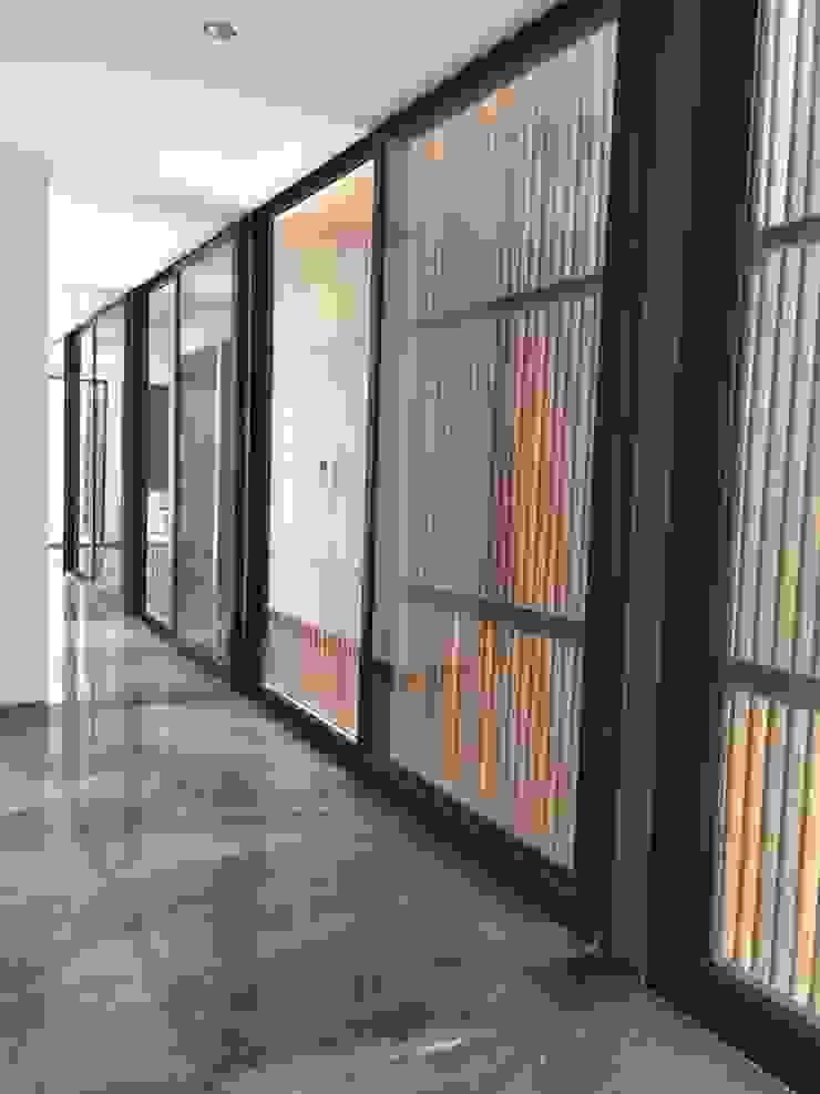 Pasillos, vestíbulos y escaleras modernos de STAHLBETON DESIGN Moderno