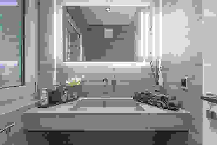 Baltina House Bagno moderno di studiodonizelli Moderno Marmo