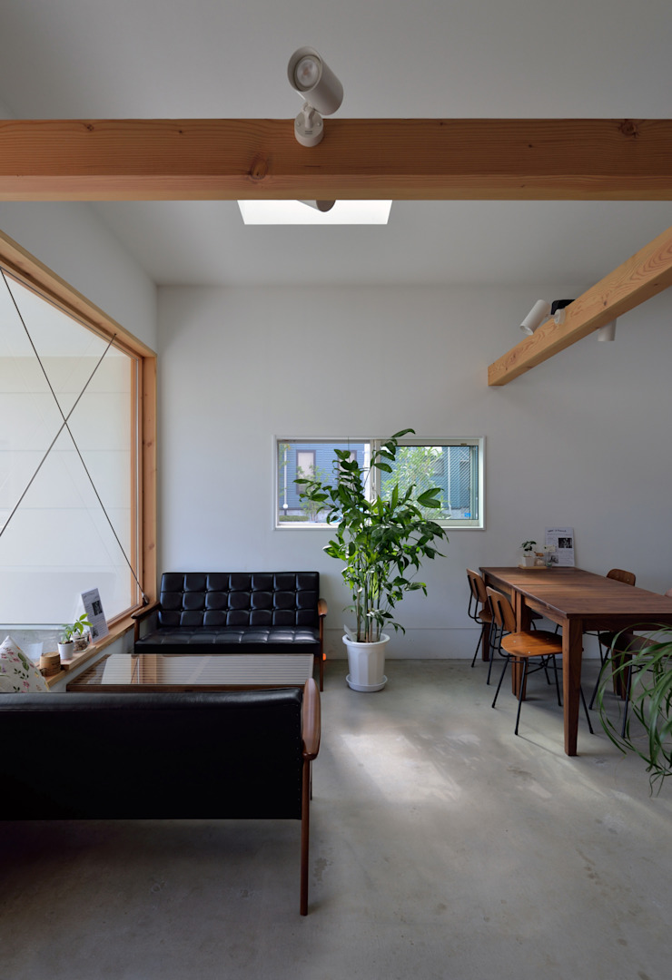 窓際のソファ席: 株式会社ブレッツァ・アーキテクツが手掛けたミニマリストです。,ミニマル
