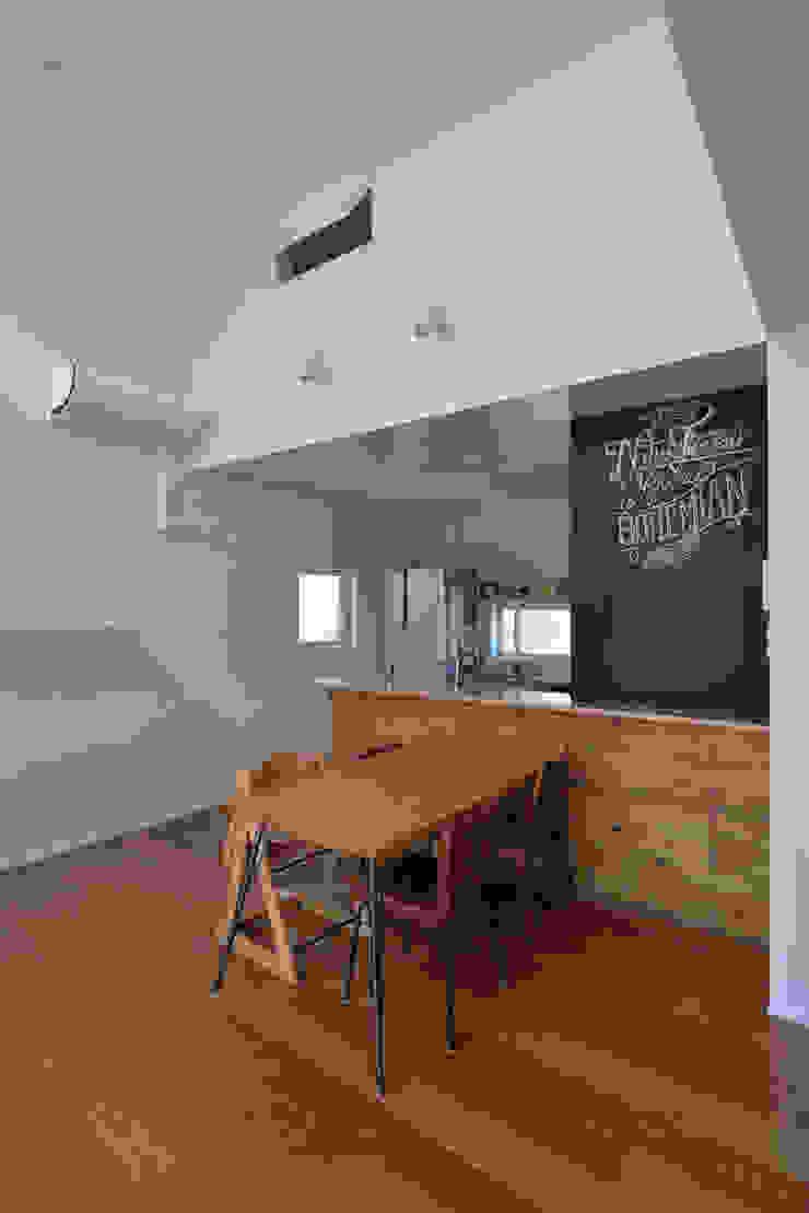 Salle à manger moderne par 株式会社ブレッツァ・アーキテクツ Moderne
