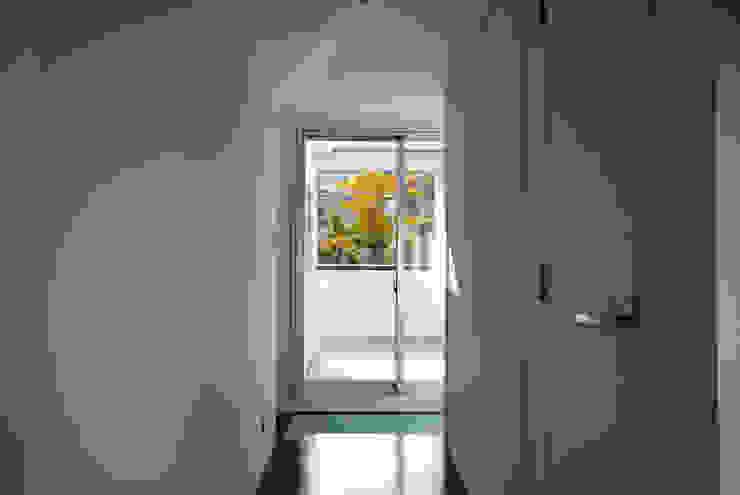 Modern Corridor, Hallway and Staircase by 株式会社ブレッツァ・アーキテクツ Modern