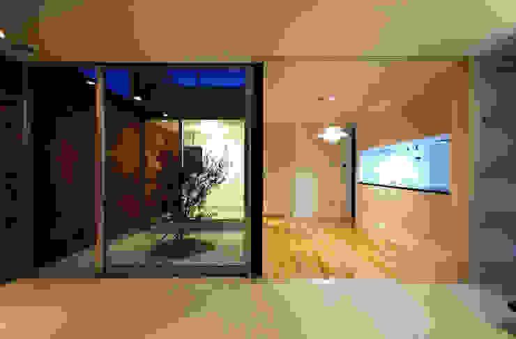 リビングから中庭を見る モダンデザインの リビング の 株式会社ブレッツァ・アーキテクツ モダン