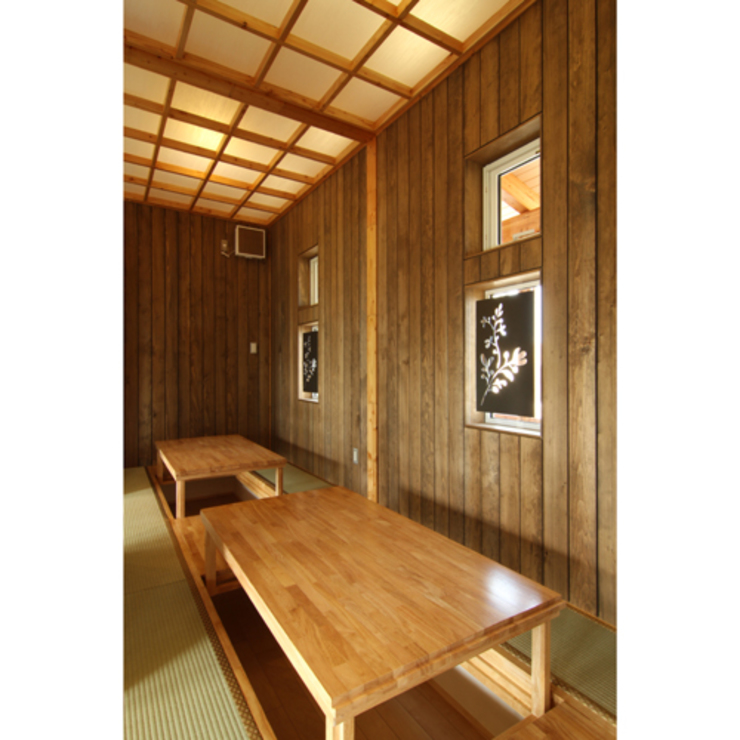 Rustic style media room by 関建築設計室 / SEKI ARCHITECTURE & DESIGN ROOM Rustic