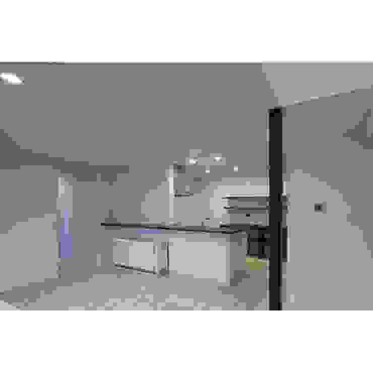 Modern Kitchen by 関建築設計室 / SEKI ARCHITECTURE & DESIGN ROOM Modern