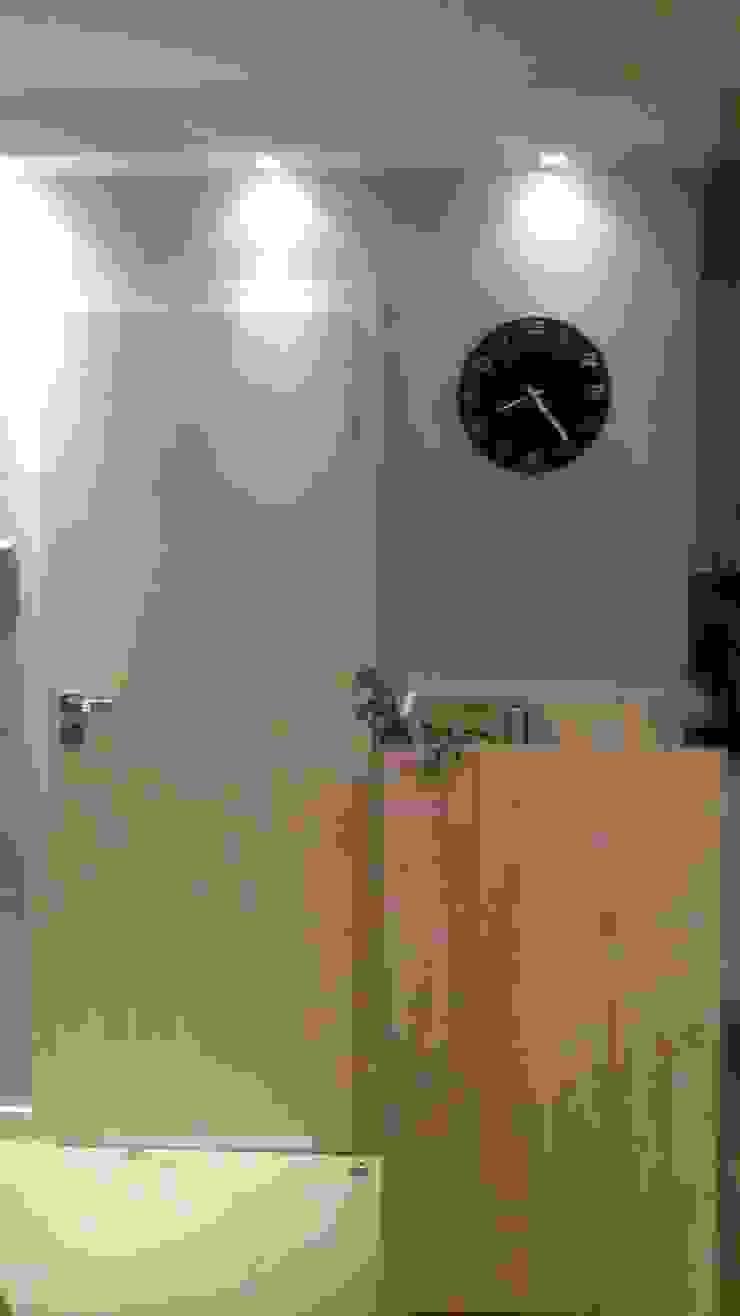 Mieszkanie pary emerytów, lifting w bloku z lat 60, dwupokojowe z ciemną kuchnią, 37m2, Sopo Nowoczesna kuchnia od Studio Projektowania doMIKOart Nowoczesny