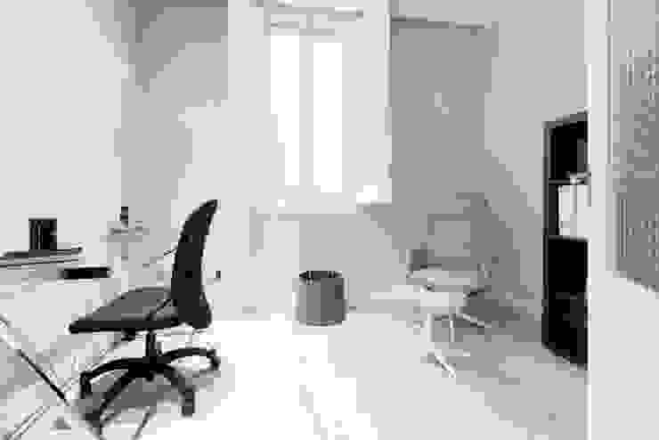 Estudios y despachos de estilo minimalista de Simona Garufi Minimalista