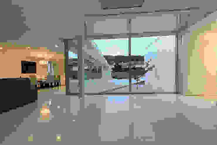 Casa em Carapeços Salas de estar minimalistas por 3H _ Hugo Igrejas Arquitectos, Lda Minimalista