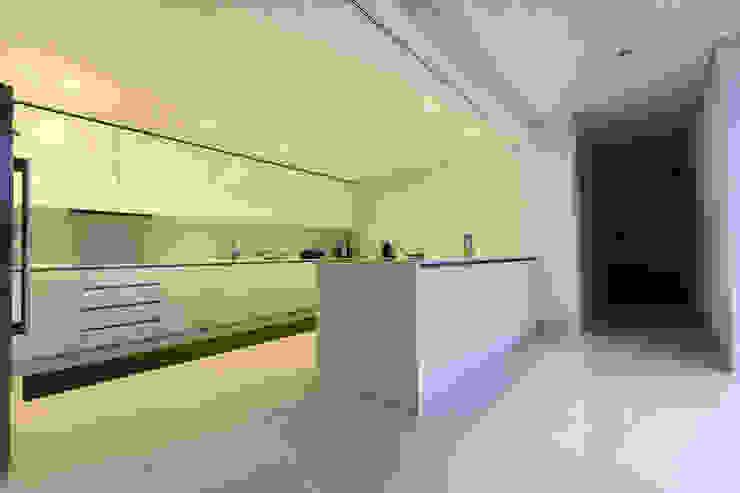 Minimalist kitchen by 3H _ Hugo Igrejas Arquitectos, Lda Minimalist