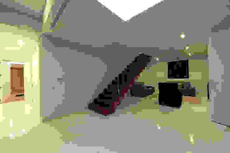 Casa em Carapeços Corredores, halls e escadas minimalistas por 3H _ Hugo Igrejas Arquitectos, Lda Minimalista