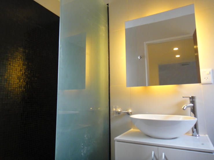 Modern bathroom by jose m zamora ARQ Modern