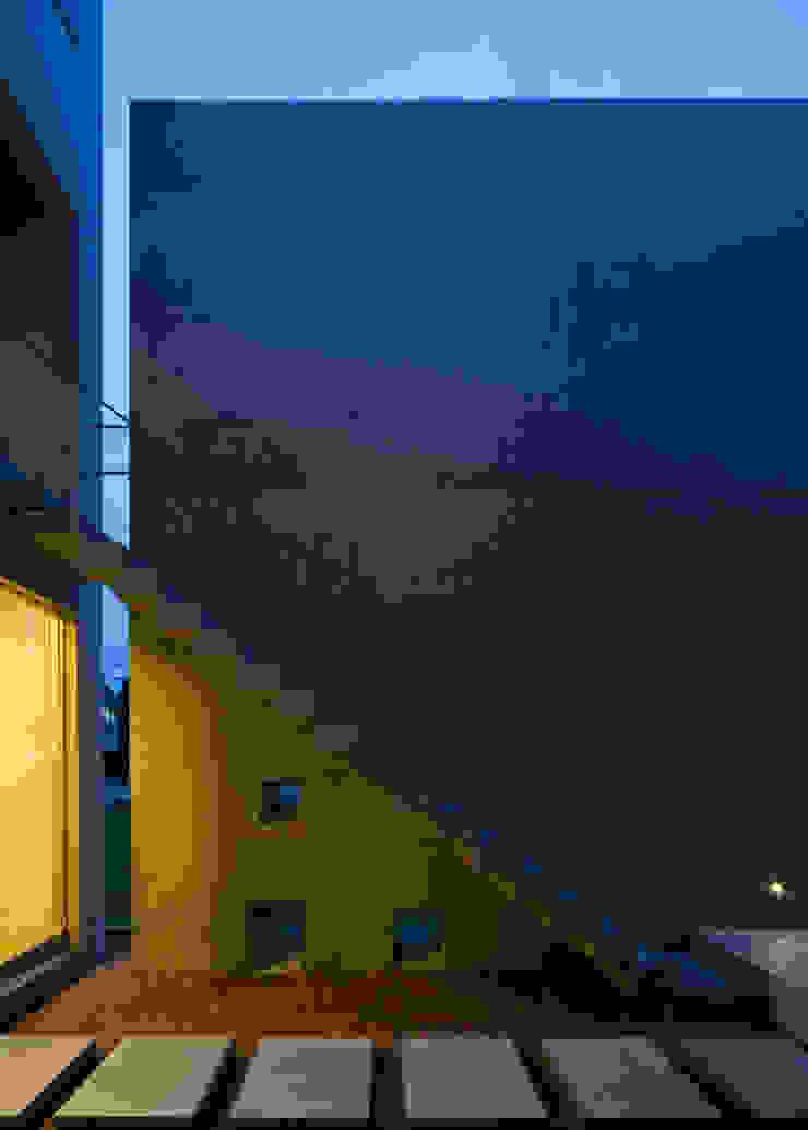 中庭階段 モダンな 家 の 本田建築設計事務所 モダン