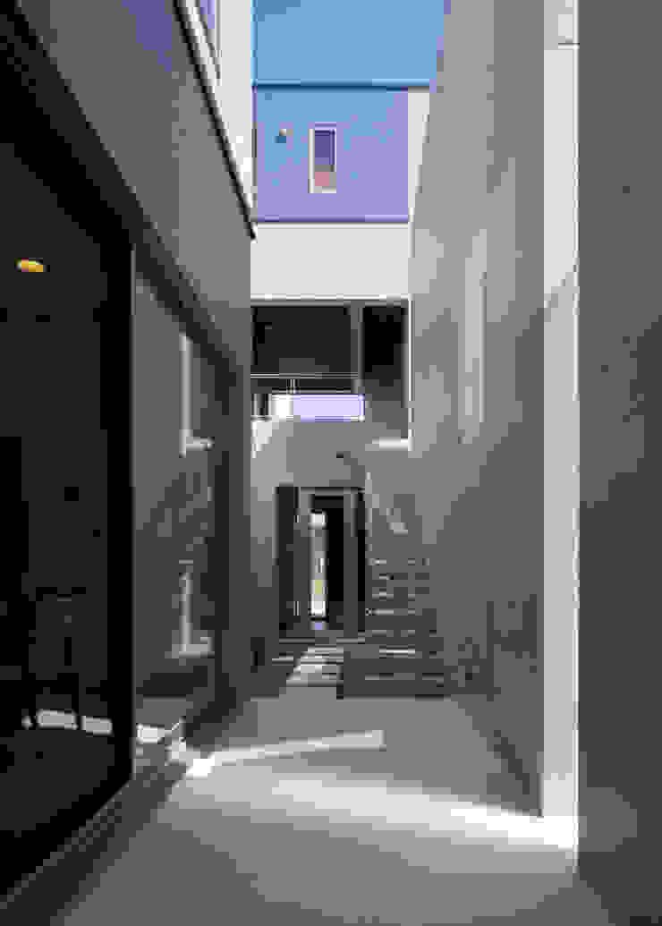 中庭 モダンデザインの テラス の 本田建築設計事務所 モダン