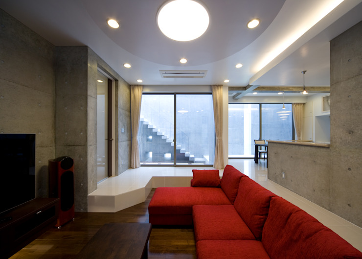 Гостиная в стиле модерн от 本田建築設計事務所 Модерн