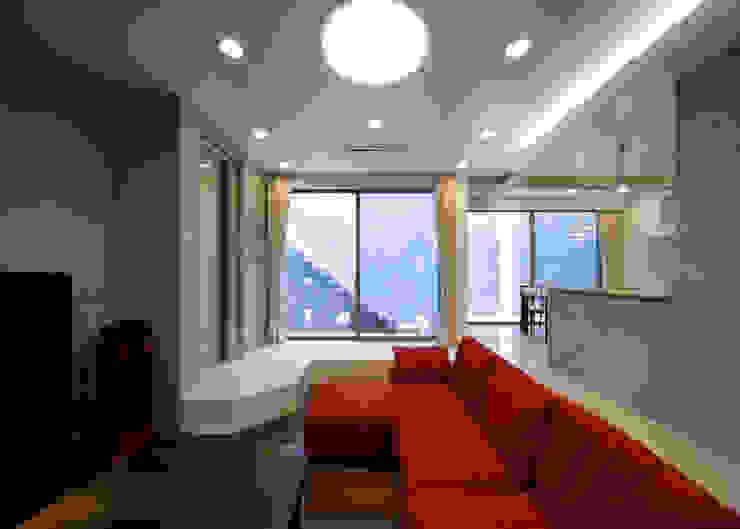 Salon moderne par 本田建築設計事務所 Moderne