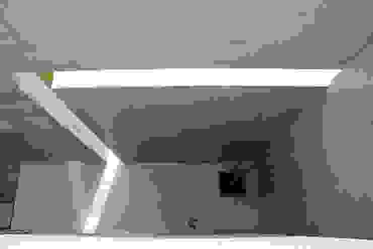 スリットからの光 モダンデザインの テラス の 本田建築設計事務所 モダン