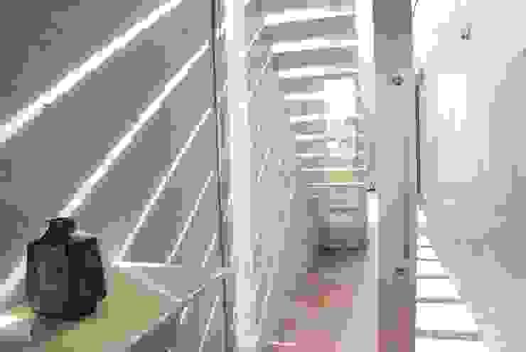 光 モダンスタイルの 玄関&廊下&階段 の 本田建築設計事務所 モダン