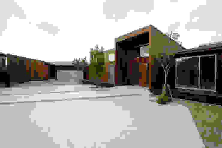 都市の中のコテージ「癒せる木造りの家」 モダンな 家 の 草木義博 Kukan Design Works Inc. モダン 木 木目調