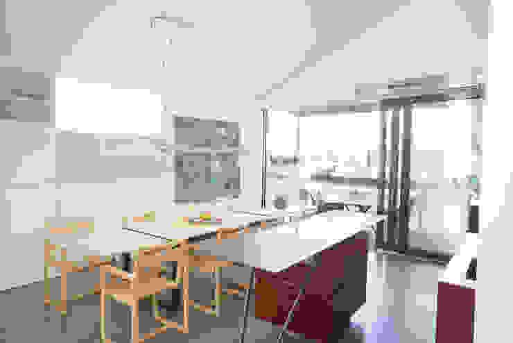 Küchenessbereich samt Schiebetür auf die auskragende Küchenterrasse Moderne Esszimmer von ATELIER WIENZEILE Tintscheff ZT-KG Modern