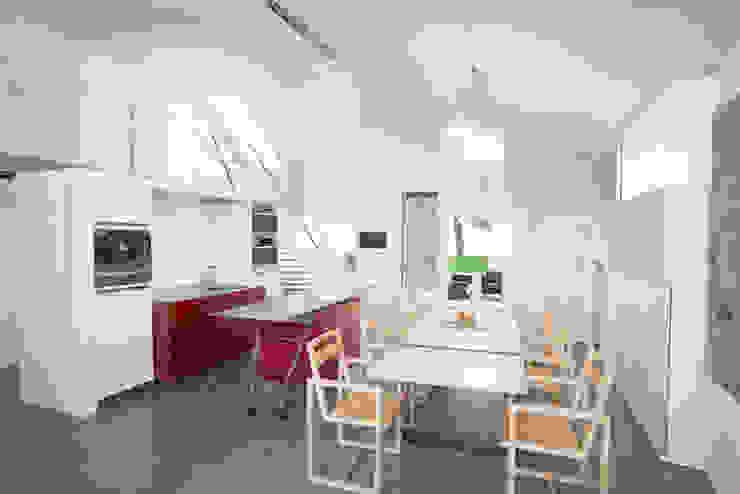 Küchenessbereich mit Blick zum Wohnbereich samt Galerie Moderne Esszimmer von ATELIER WIENZEILE Tintscheff ZT-KG Modern