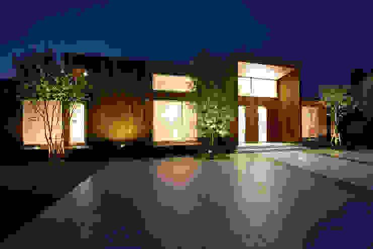 都市の中のコテージ「癒せる木造り モダンな 家 の 草木義博 Kukan Design Works Inc. モダン 木 木目調
