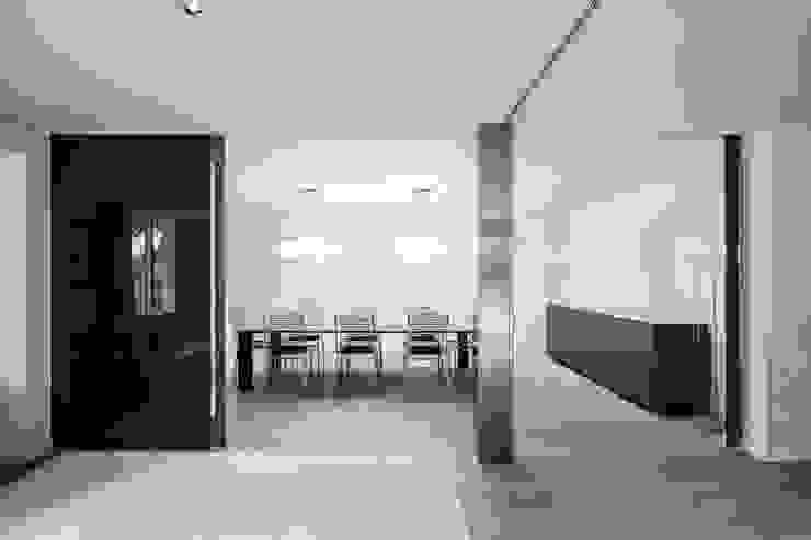 Grandes puertas correderas de vidrio Comedores minimalistas de Hernández Arquitectos Minimalista Vidrio